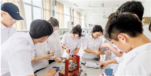 智能机器人保障民航安全 浙交院学生研发成果获全省大赛金奖