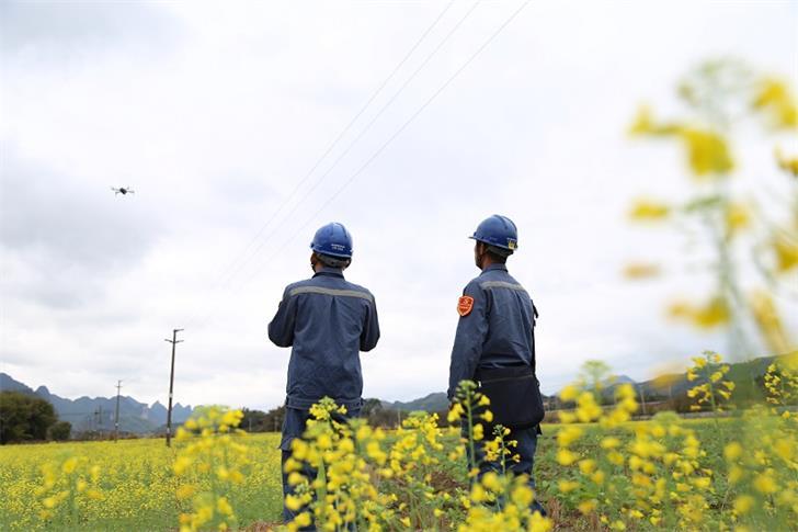 南方电网广西柳州鹿寨供电利用无人机巡视线路为春农保供电