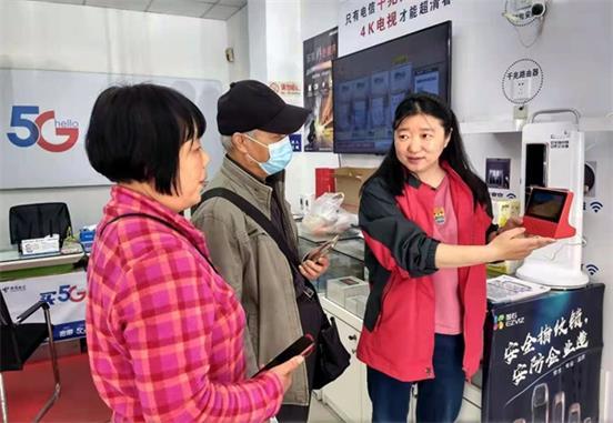 """无锡市民在中国电信智慧家庭体验厅欢度""""五一"""""""