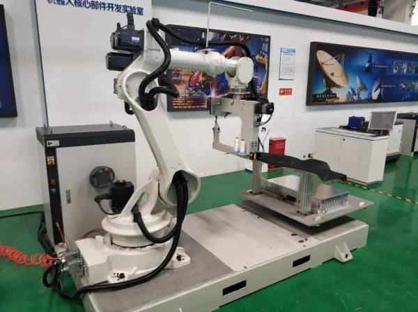 人工智能缝纫机器人(珞石全自动的缝纫机器人)